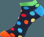 Bunte Socken für Sommer mit Punkten