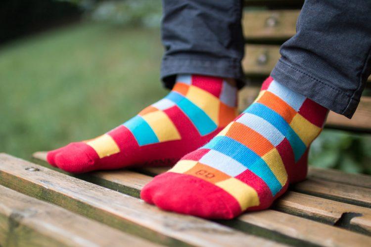 Bunte Socken für Sommer und junge Leute