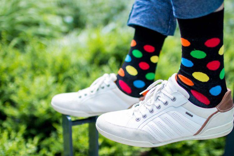 Bunte Socken mit Punkten neu
