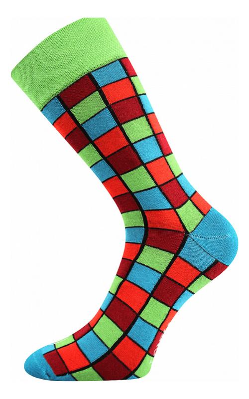 Bunte Socken mit Würfelmuster am See