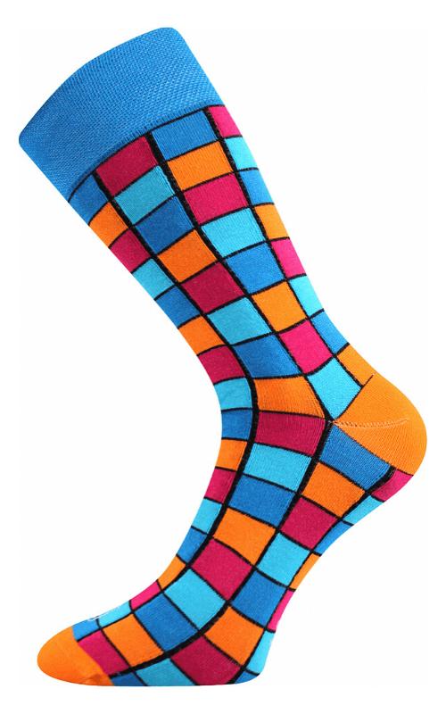 Bunte Socken mit Würfelmuster in der Stadt