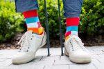 Bunte würfelige Socken in Natur