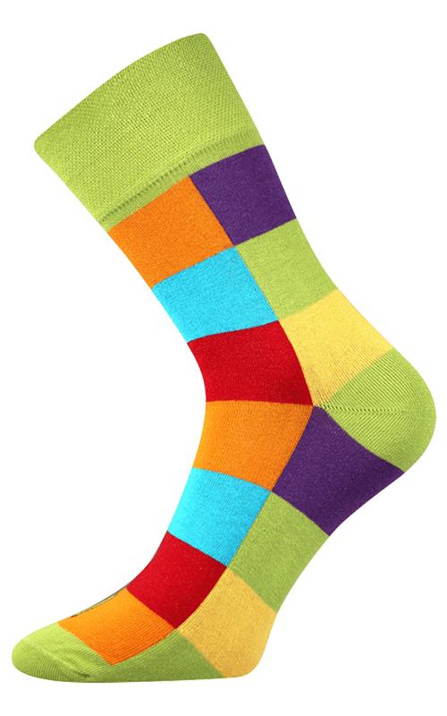 Bunte würfelige Socken in der Natur