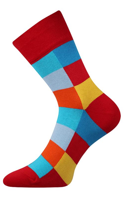 Bunte würfelige Socken in der Natur Rot