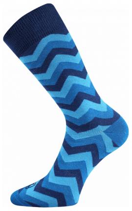 Bunte würfelige Socken in der Stadt