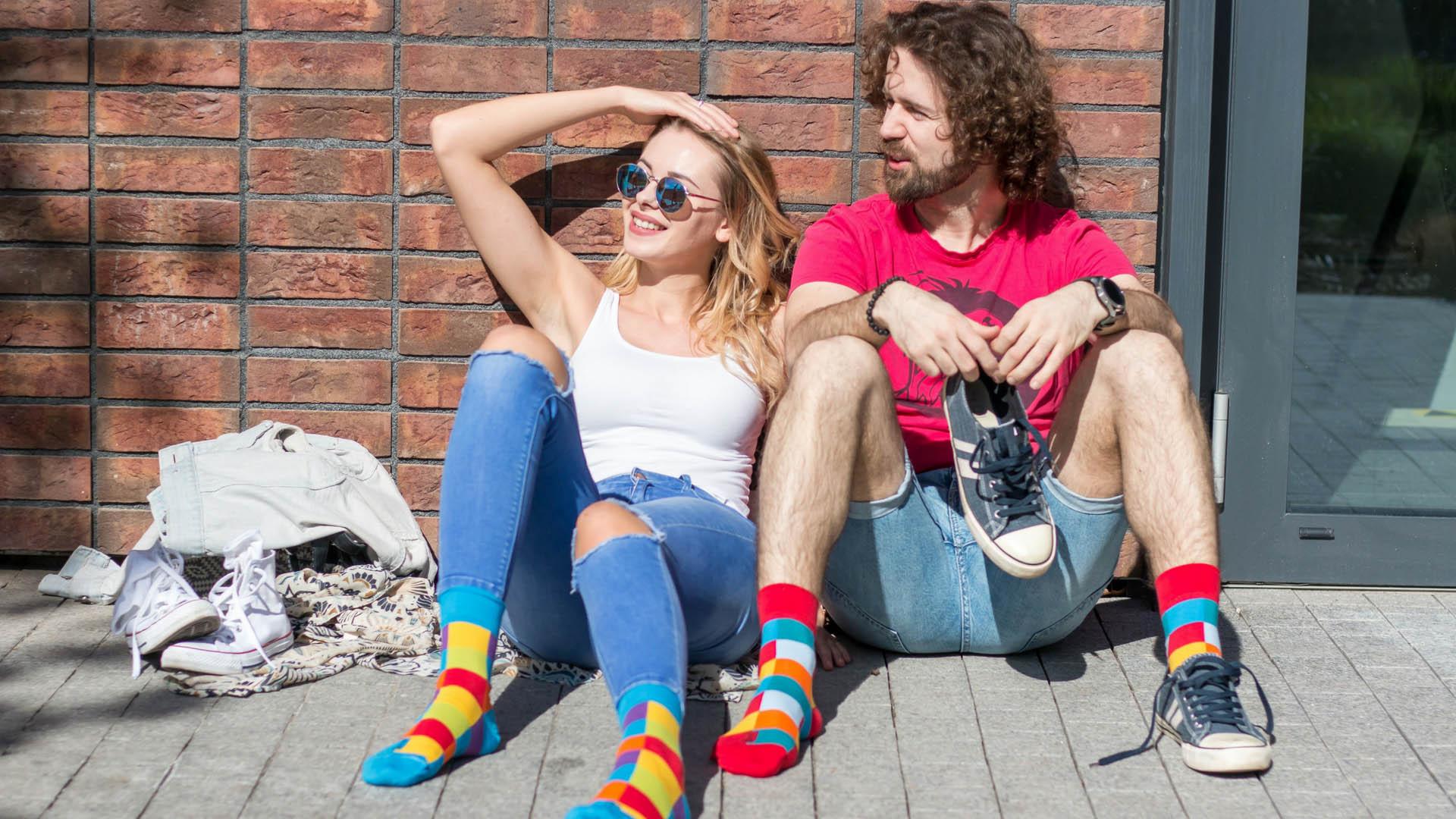 Fräulein in bunten Socken in der Stadt