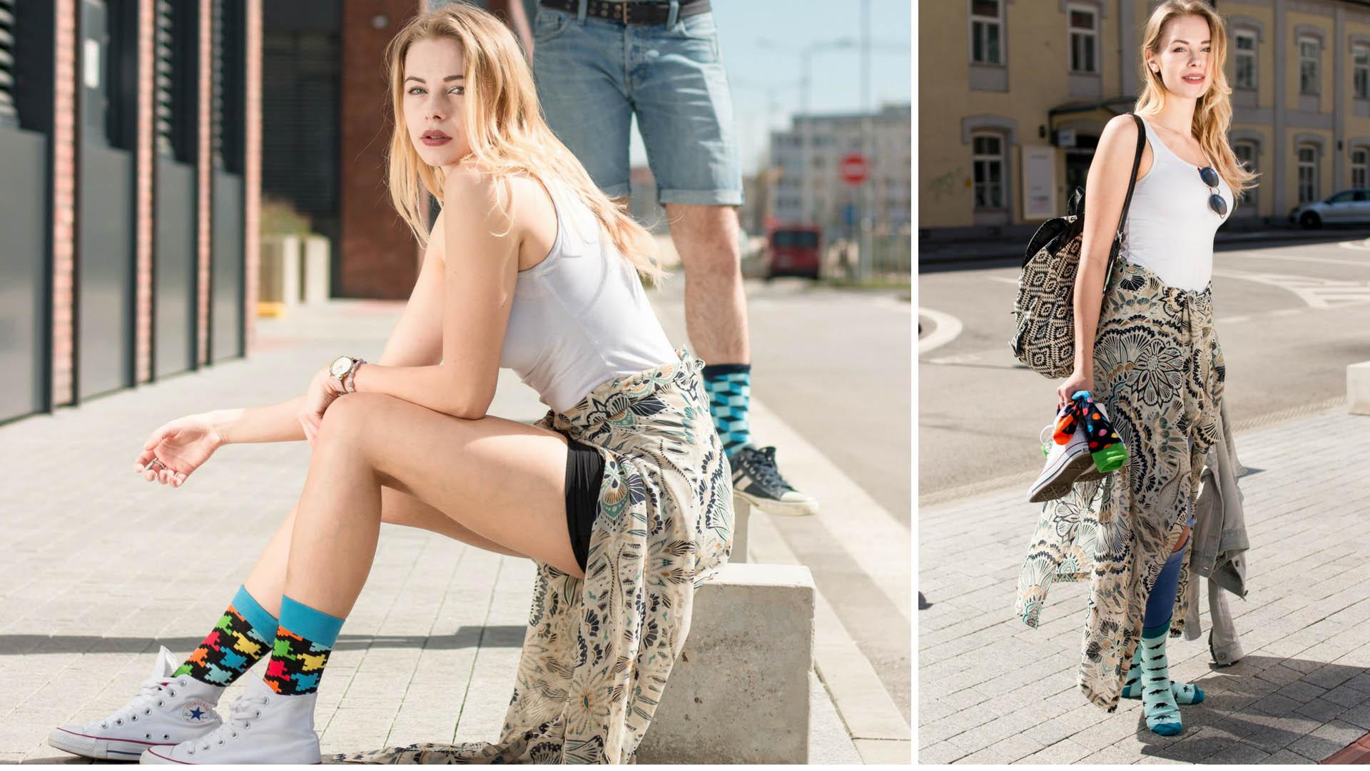 Model posiert in bunten Socken