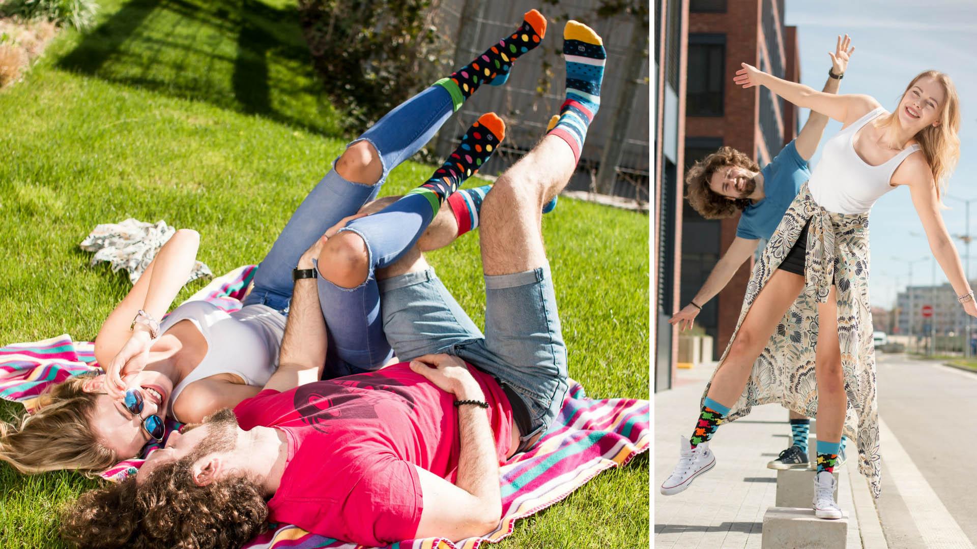 Picknick im Gras in bunten Socken