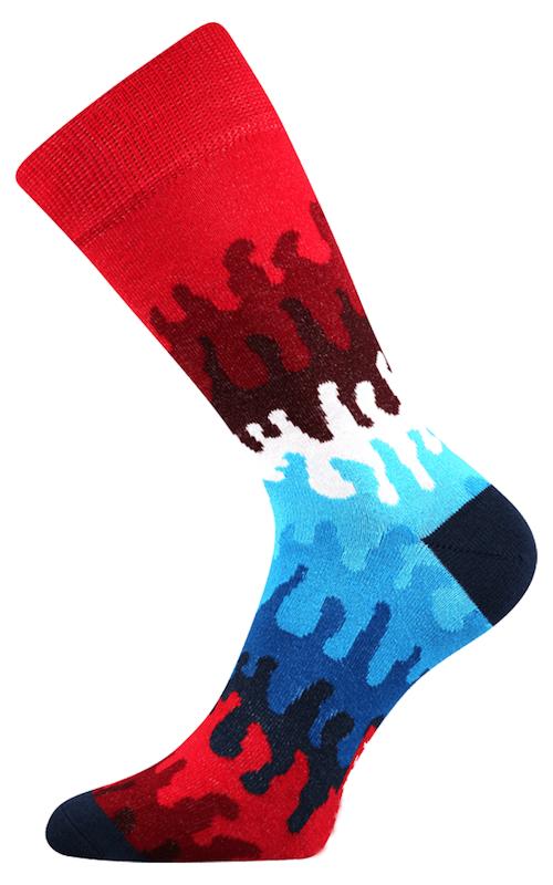Socken mit geometrischen Figuren und Flammen