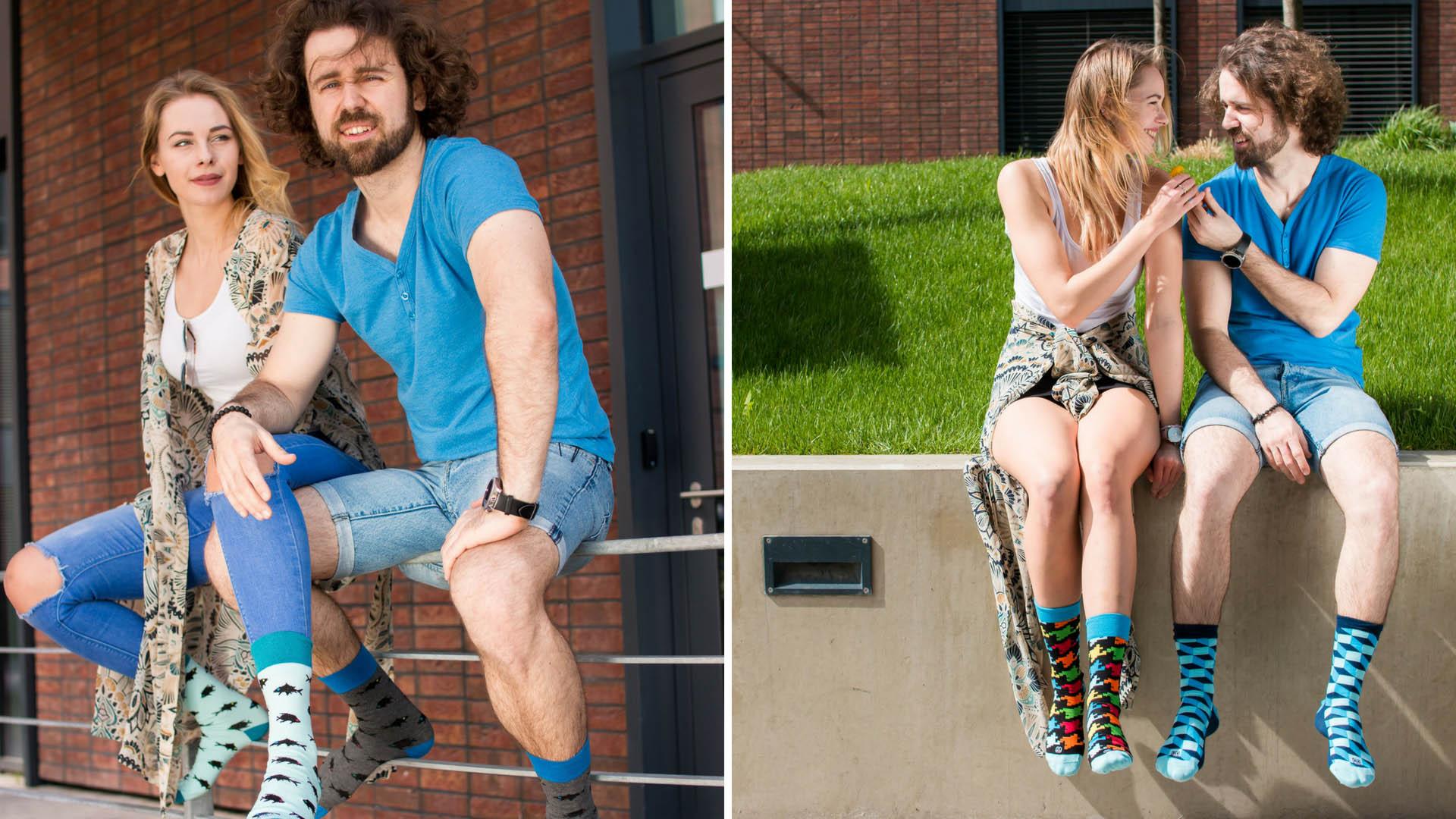 bunte Socken mit Meer Motiv in der Arbeit