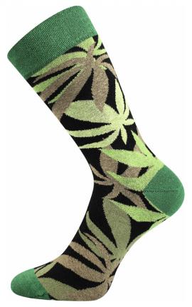 Bunte Socken mit Cannabis in der Stadt