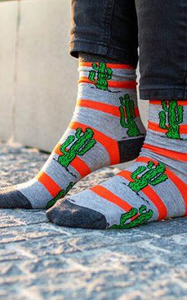 Bunte Socken mit Kaktus